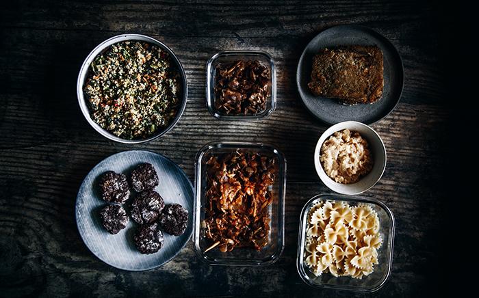 comida en tuppers y recipientes