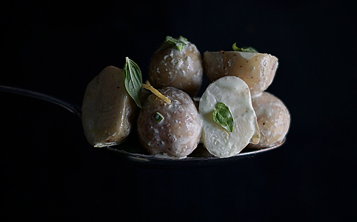 patatas sobre cuchara con salsa