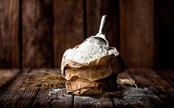 harina en bolsa de papel para hacer pan