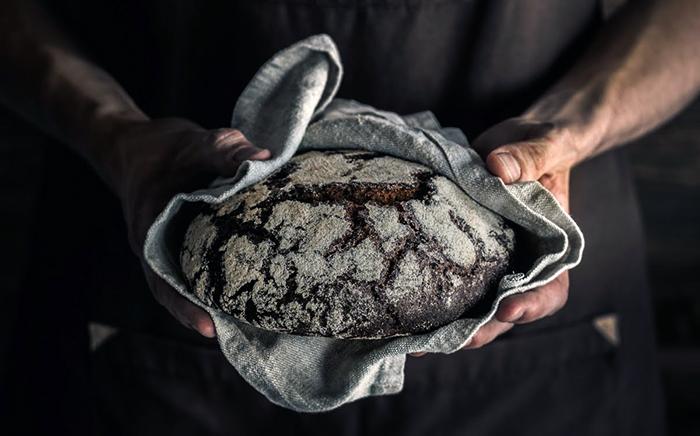 pan negro de pueblo envuelto en un trapo