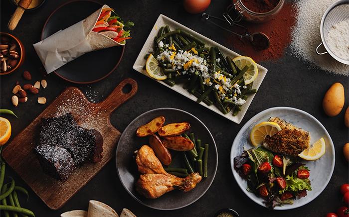 mesa con platos y comida