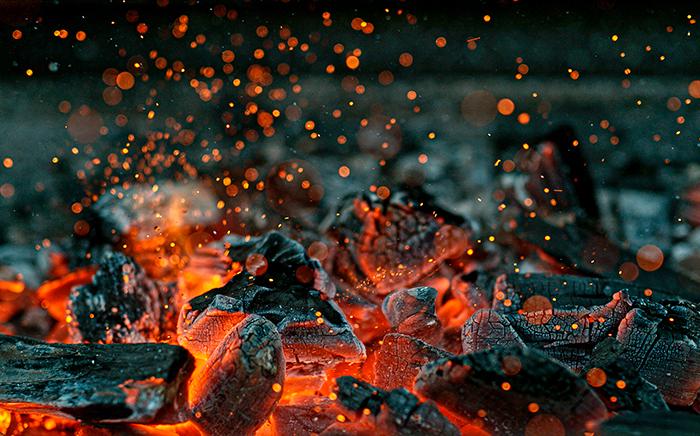 carbón caliente con chispas