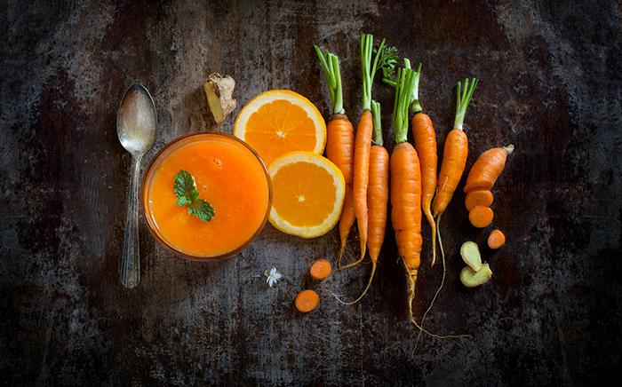 vaso de zumo con naranaja zanahoria