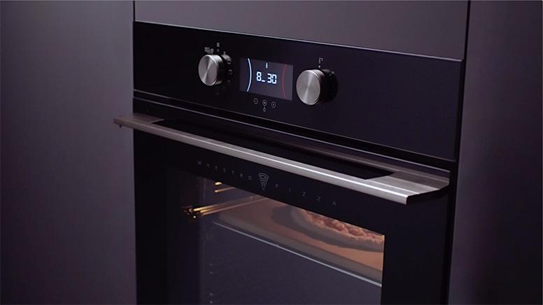 horno encendido con una pizza en el interior