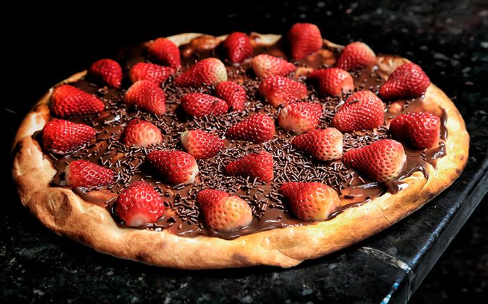 pizza de chocolate con fresas por encima