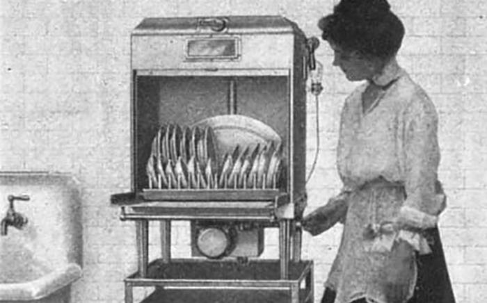 lavavajillas antiguo usado por una mujer
