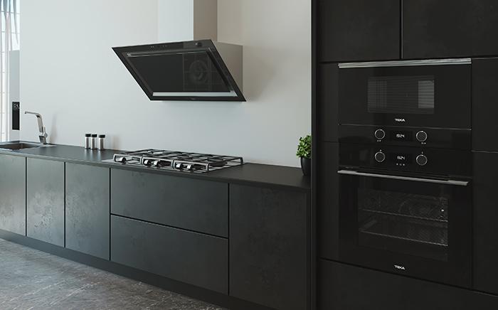 ambiente de cocina con horno y microondas en columna y campana decorativa