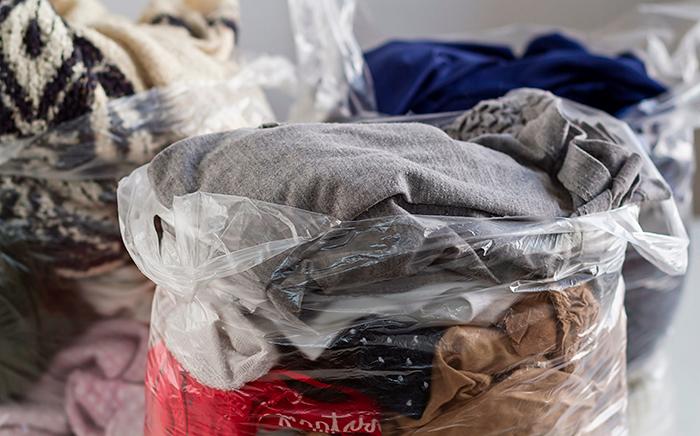 bolsas de plástico con ropa dentro