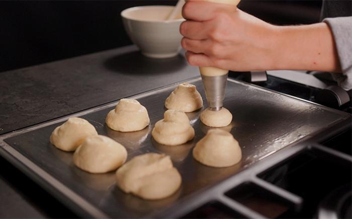 bolas de masa con manga pastelera en una placa teppanyaki