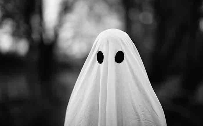 Retrato de fantasma cubierto con una sábana blanca