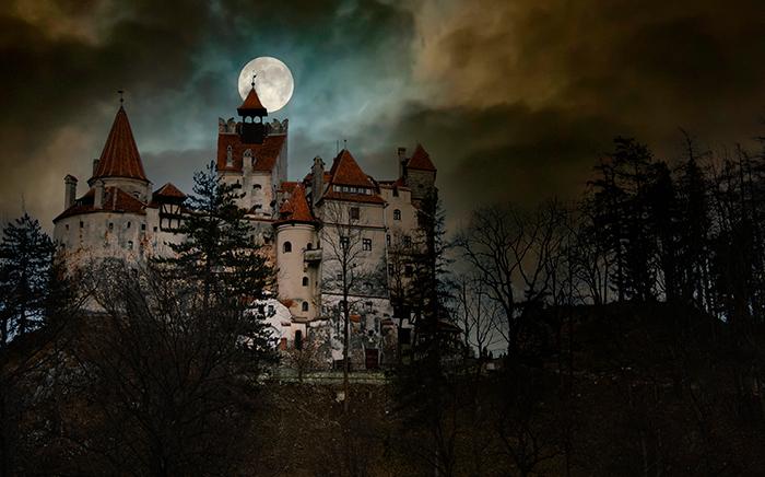 castillo de transilvania de noche con nubes y luna llena