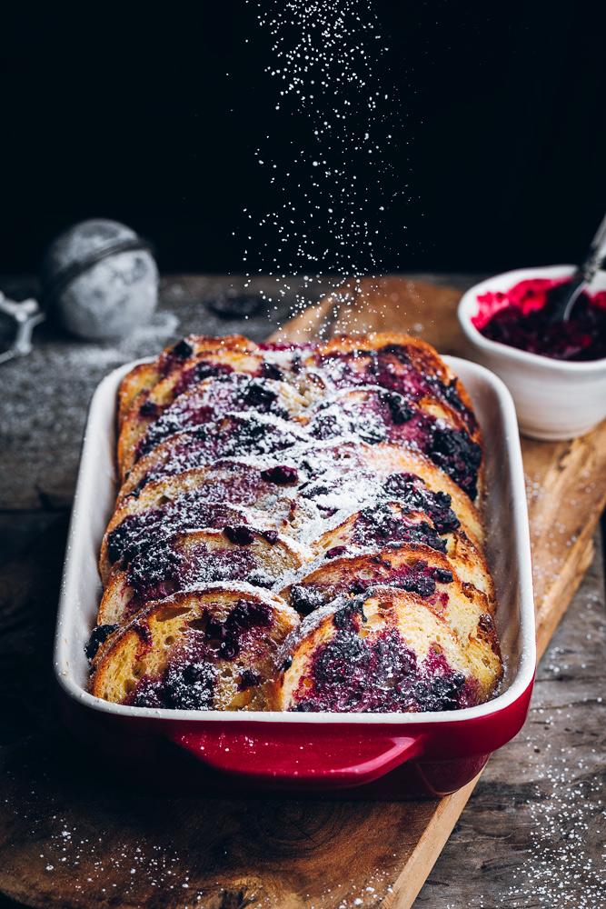 Pudding chlebowy z owocami i cukrem pudrem