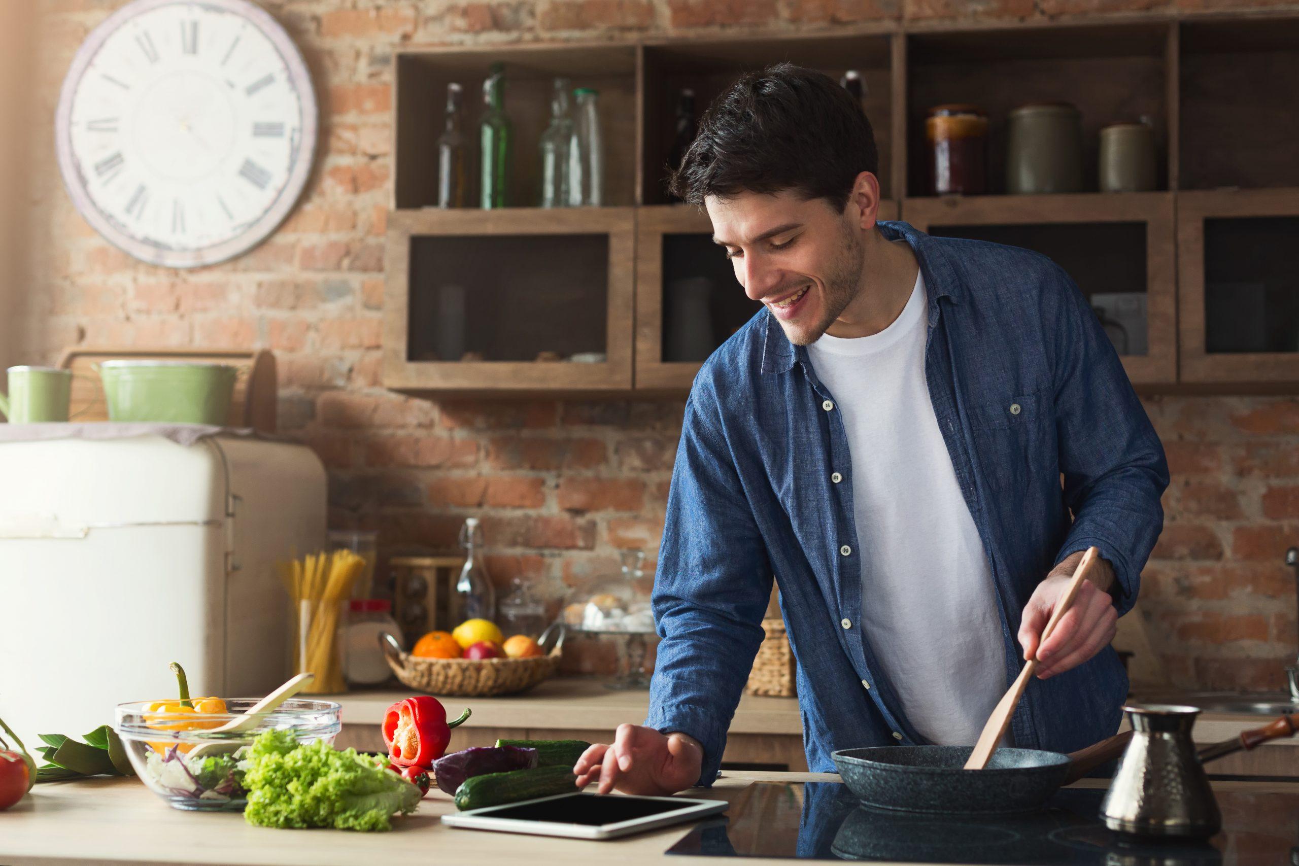 Młody mężczyzna pokazuje jak polubić gotowanie