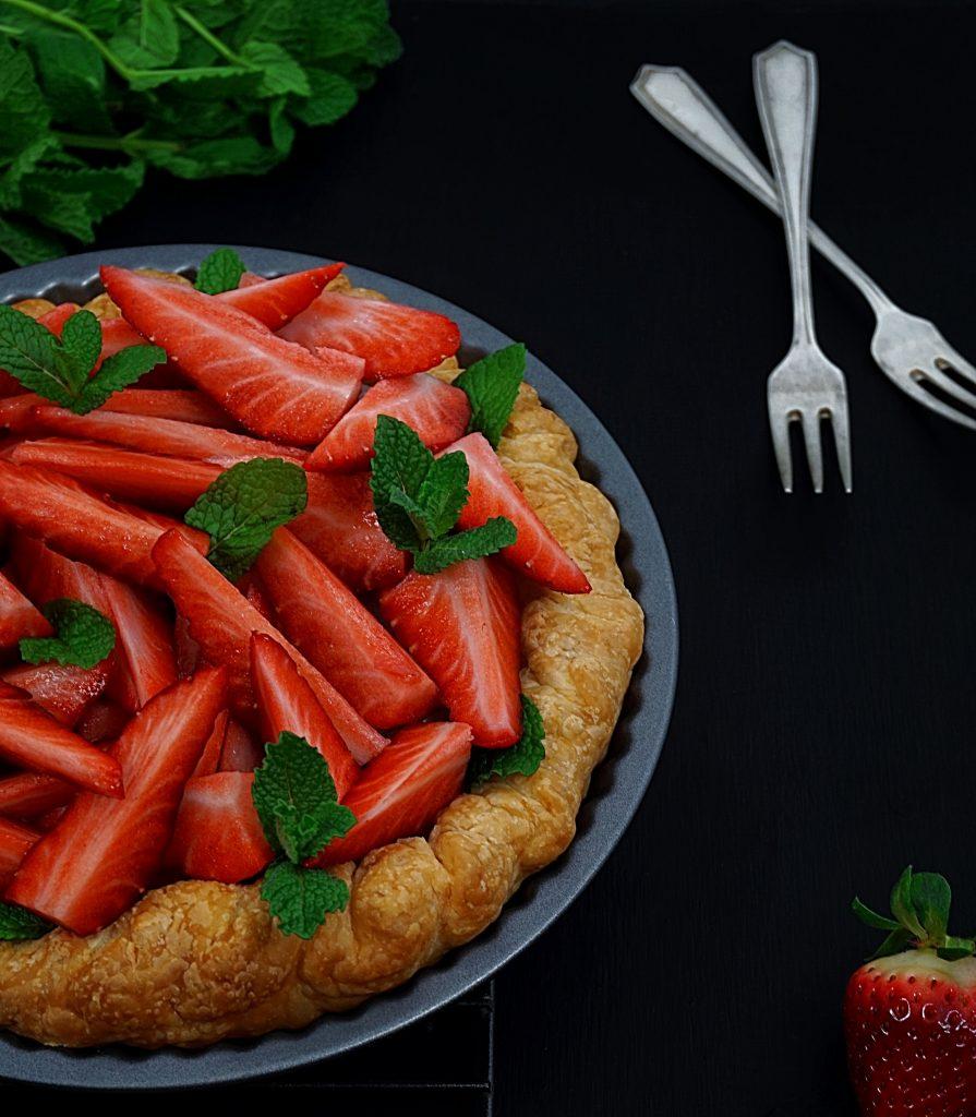 proste i smaczne ciasto francuskie z truskawkami i wanilią