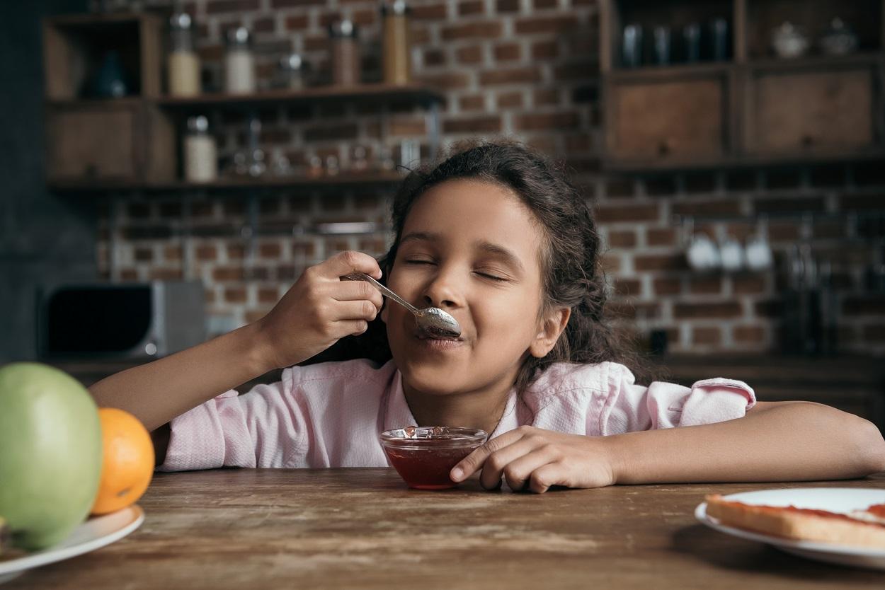 dziecko smakuje dżem
